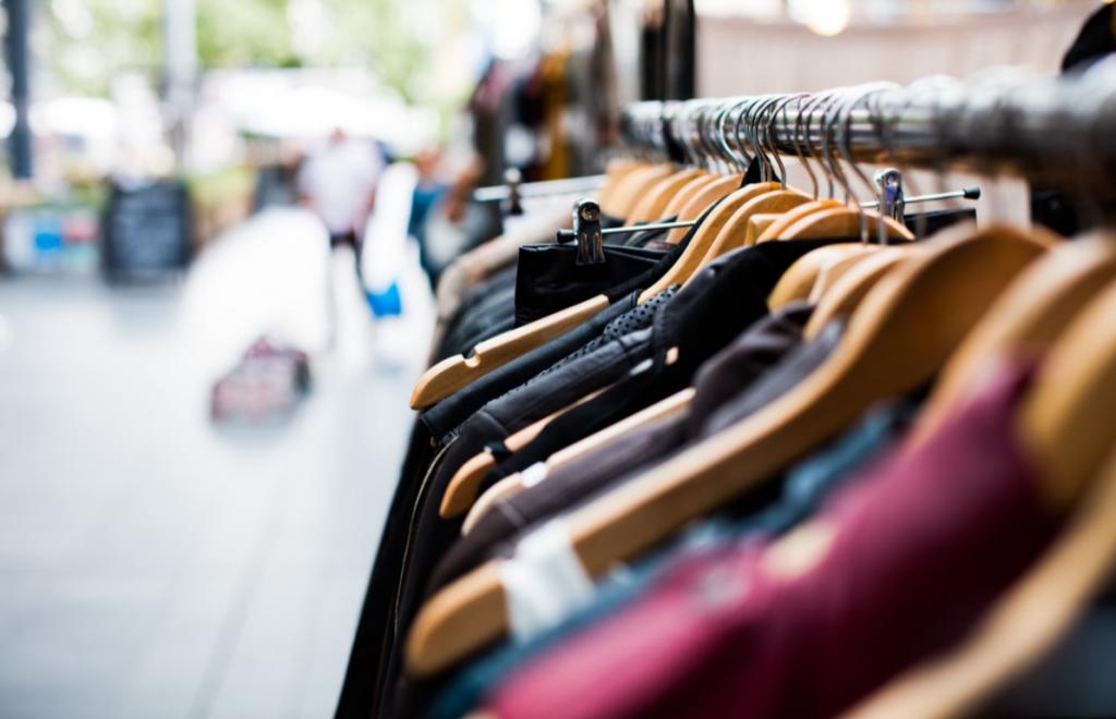 Der ökologische Fußabdruck wird kleiner wenn man Kleidung Second Hand kauft.