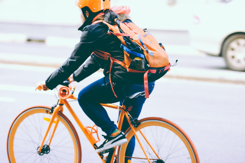 Mit dem Fahrrad fahren ist umweltfreundlicher als Auto fahren.