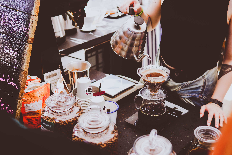 Bring dir doch einfach deinen einfachen Kaffeebecher mit anstatt einen Einweg-Becher.