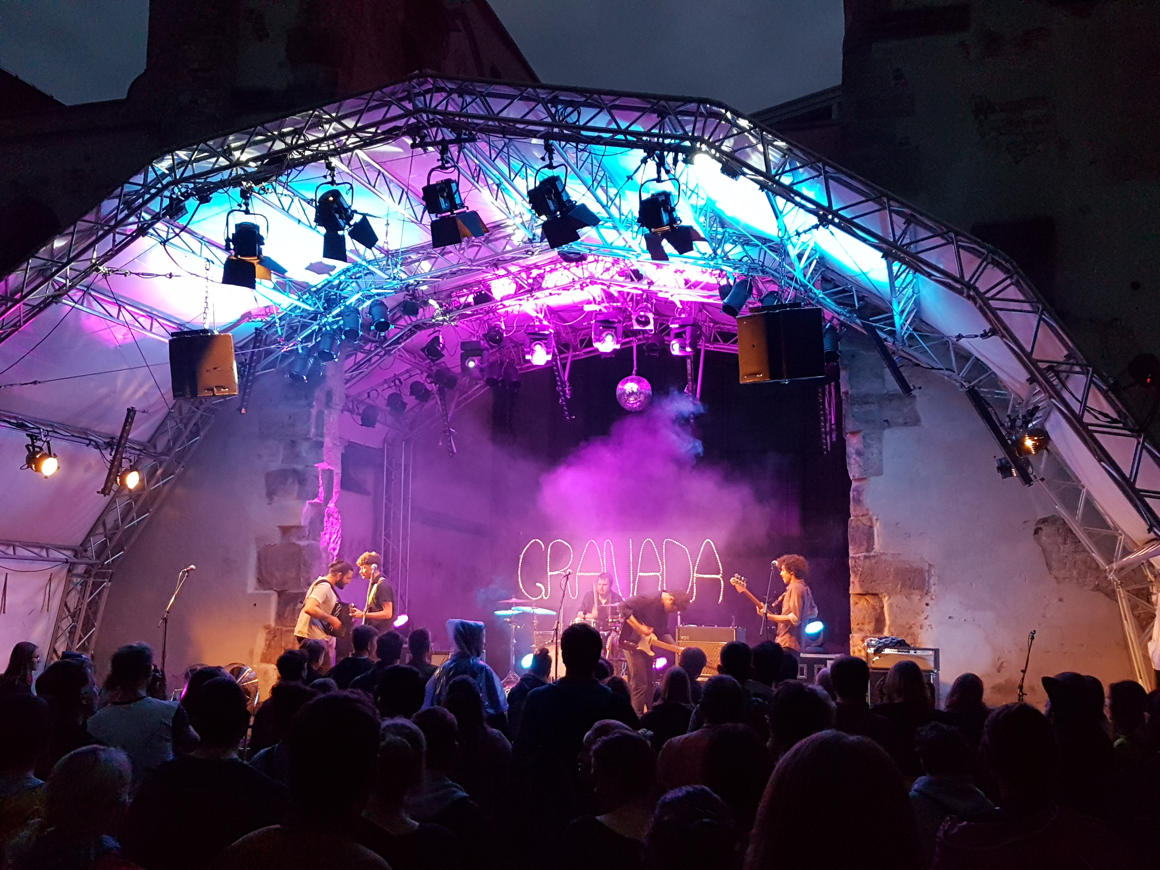Open Air Konzerte wie Granada in der Katharinenruine sind toll in Nürnberg.