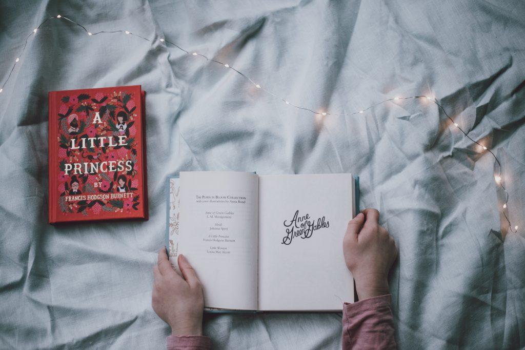 Ein Buch ist perfekt für kalte Tage im Bett.