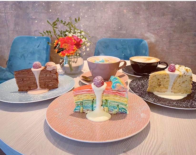 Im Café Niu in Nürnberg gibt es bunten Kuchen und Glitzer-Kaffee.