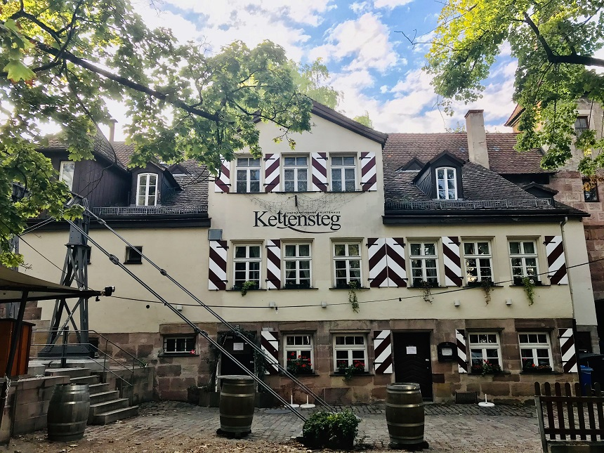Der Biergarten am Kettensteg ist einer der schönsten Biergärten Nürnbergs.