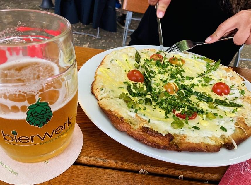 Brezel-Pizza im Biergarten des Charakterbierguts in Nürnberg.