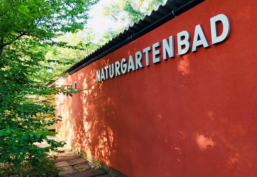 Das Freibad Naturgartenbad in Nürnberg in Erlenstegen.