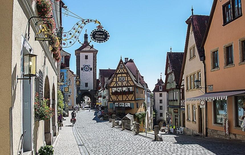 Rothenburg ob der Tauber hat schöne Fachwerkhäuser.